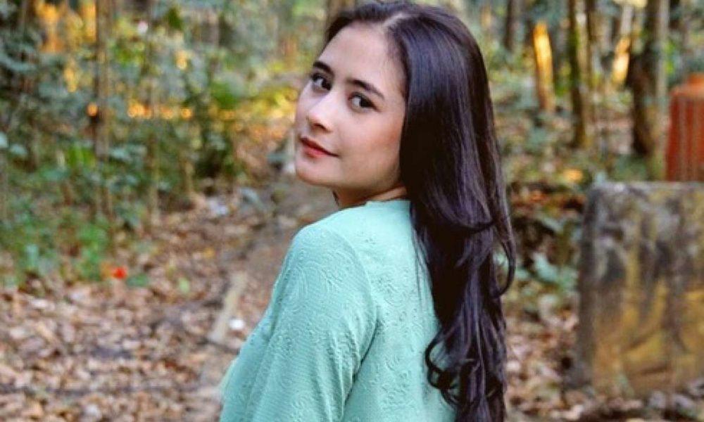 Prilly Latuconsina Dikejutkan Oleh Aksi Penggemarnya