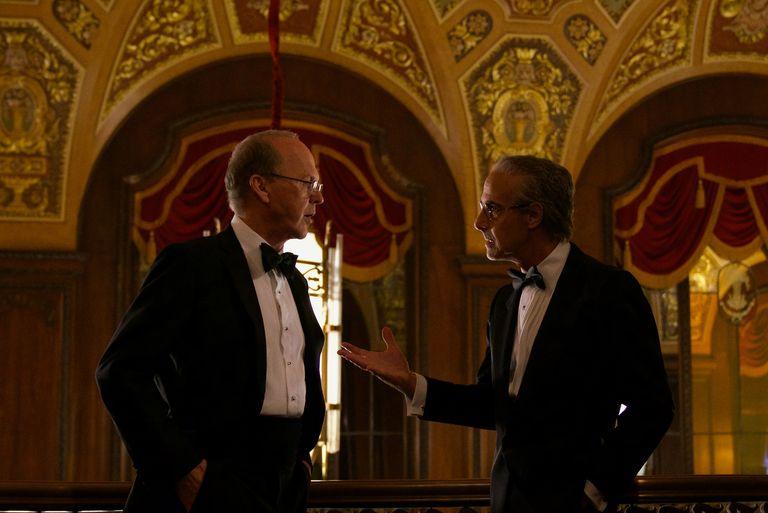 Michael Keaton dan Stanley Tucci dalam Worth