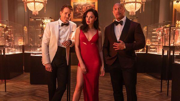 Ryan Reynolds, Gal Gadot, dan Dwayne Johnson dalam Red Notice
