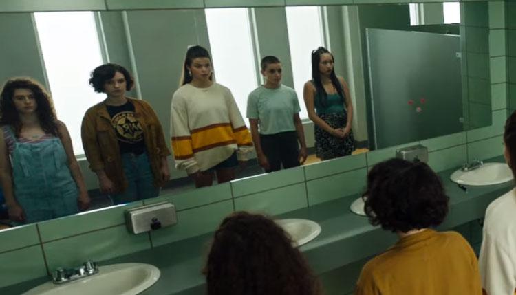 Scene remaja di depan kaca dalam Candyman 2021