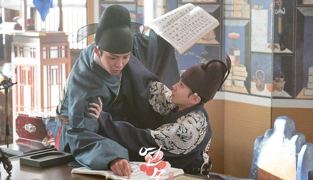 Rowoon sebagai Jung Ji Woon dan Park Eun Bin sebagai Lee Hwi