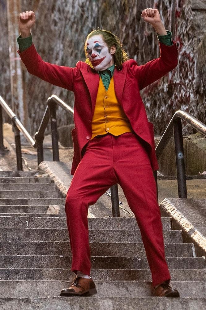 joker menari di tangga